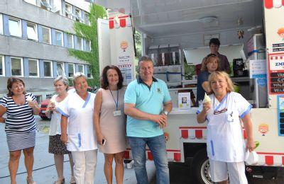 Točená zmrzlina zpříjemnila parný den zdravotníkům Hornické polikliniky