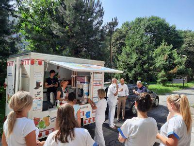 Překvapení vpodobě sladkého osvěžení čekalo na zdravotníky AGEL Hornické polikliniky v Ostravě